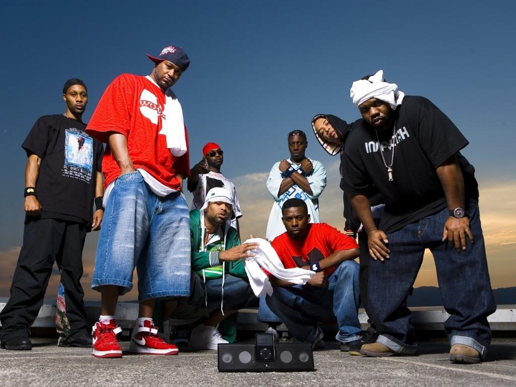 La vague musicale du Hip Hop omniprésente également à cette époque entraine  la tendance sportswear avec des pièces larges comme le pantalon baggy,